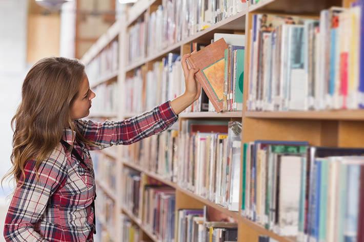 図書館での学生